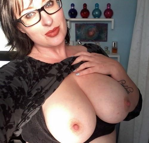 Femme à lunettes pour beau black bien membré