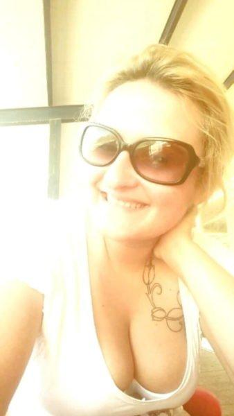 Une blonde tatouée en mode partouze extrême à Vincennes