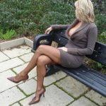 Femme mûre BCBG adorant prendre le contrôle de JH soumis