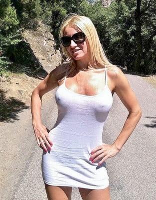 Jolie blonde branchée cul pour plan cul en IDF
