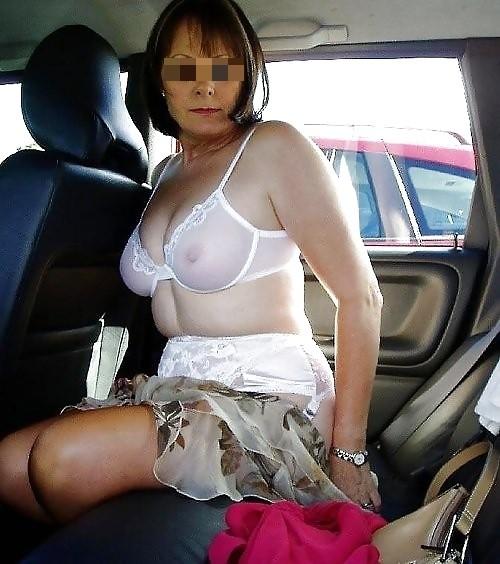 Cochonne exhibitionniste, toujours prête pour jeux sexy en extérieur
