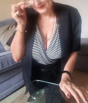 Nympho mature rech préliminaire, doigtage et sexe à Poissy
